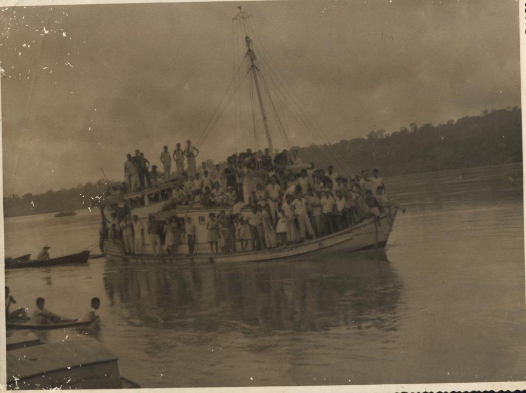 Várias pessoas no mesmo barco