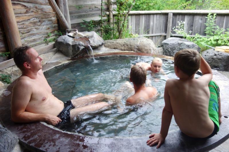 Familie onsen bad i Japan