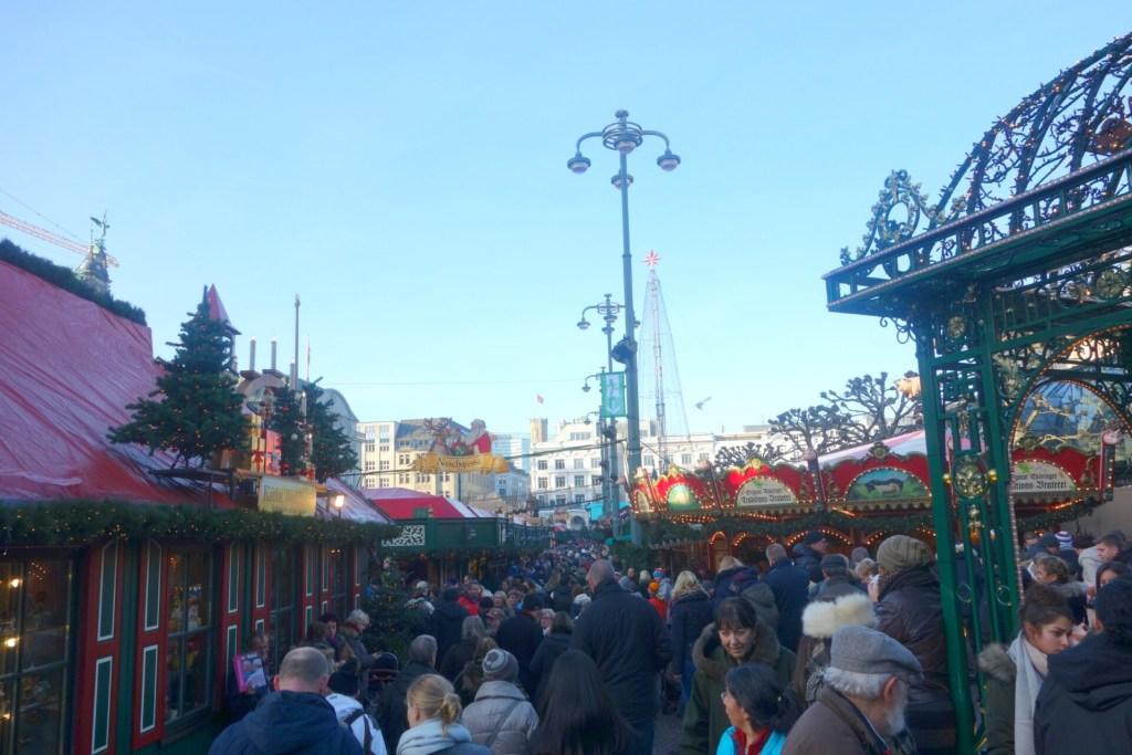 Rathausmarkt ligger på torvet foran Hamburgs flotte rådhus