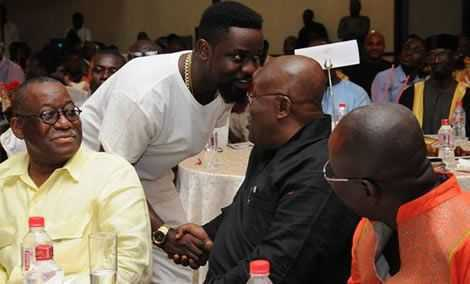 """""""He's a big hypocrite"""" – Ghanaians criticize rapper Sarkodie for remaining silent about the ills of the NPP government"""
