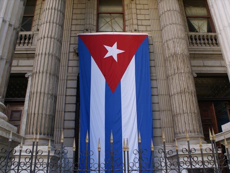 le drapeau cubain devant un édifice