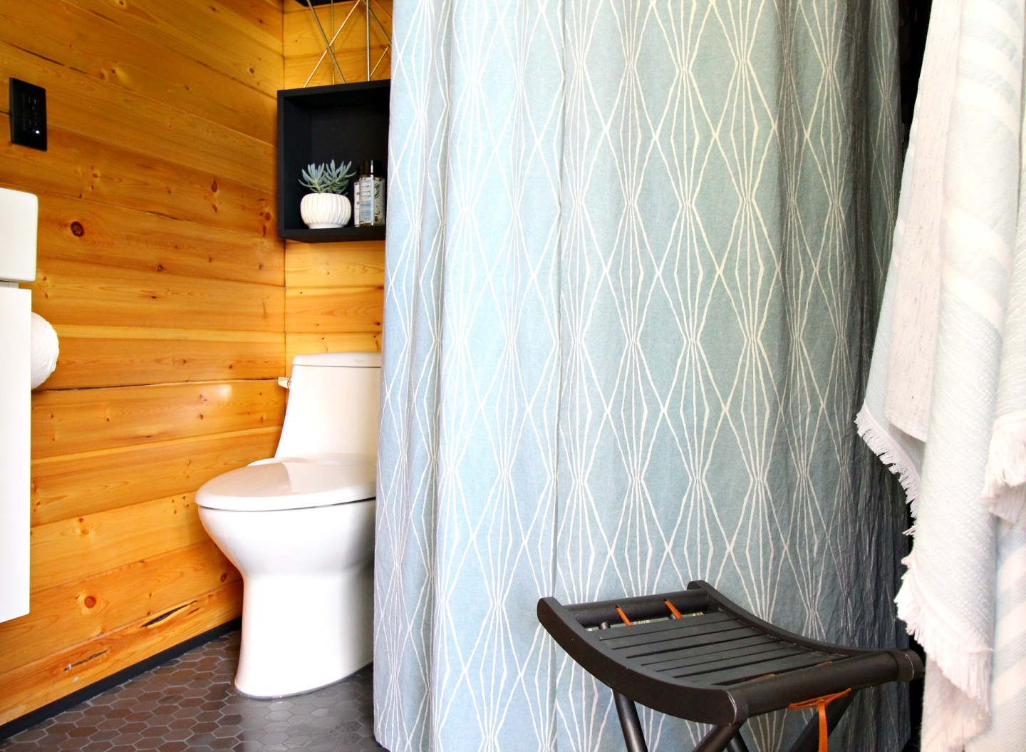 How to Sew a Shower Curtain with Lining | Dans le Lakehouse | #sewing #DIY #bathroommakeover