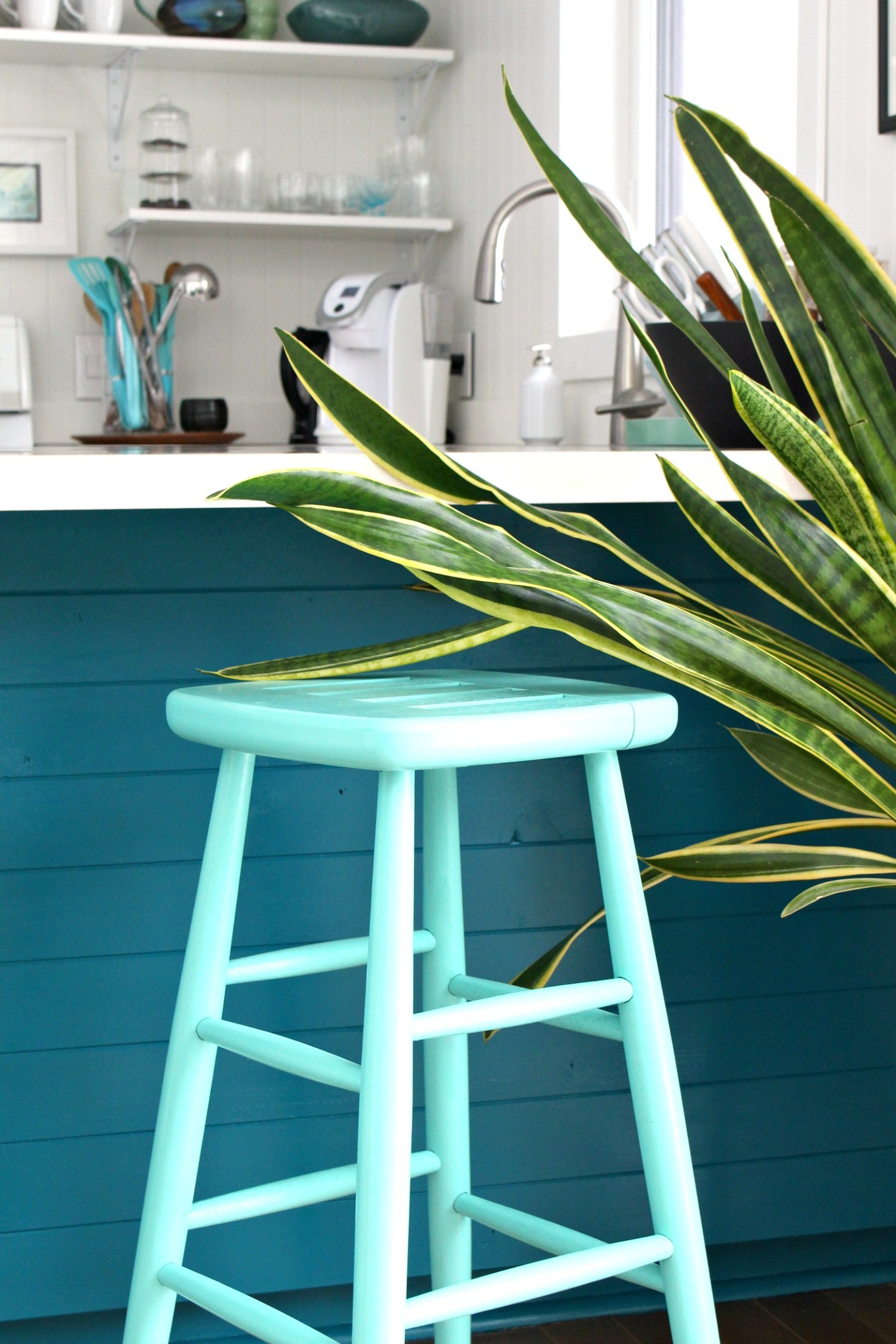 Turquoise Lacquer Stool Makeover | Rust-Oleum Speciality Lacquer Turquoise Review #lacquerpaint #furnituremakeover #upcycle #spraypaint #rustoleum
