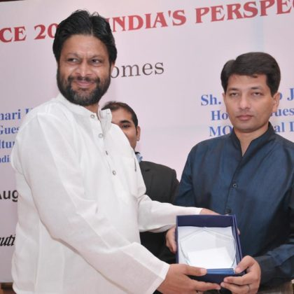 Hon'ble Minister of State for Rural Development (Mr. Pardeep Jain) honouring Dr. Kumar Rajan for his contribution to Oral Health Profession during Confluence 2013:India's Prespective