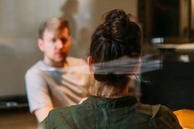 Psychologische Beratung - Gesprächssituation Therapeutin sitzt mit Patienten