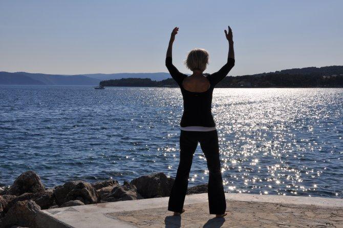 Sabine Barta beim Medizinischen Qigong am Meer