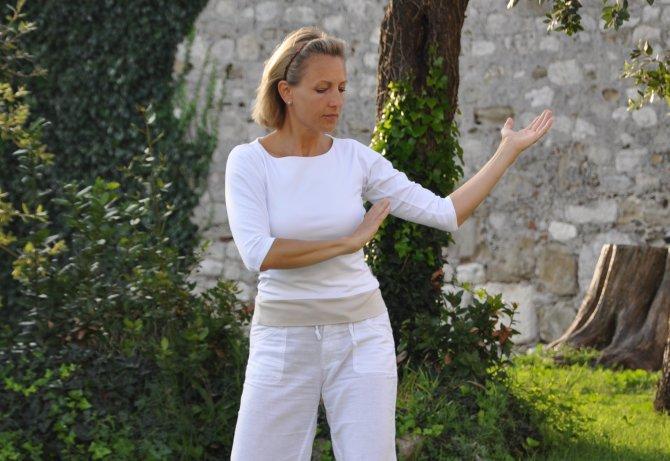 Sabine Barta beim Qigong Üben im Klostergarten