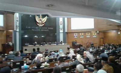 Rapat Istimewa DPRD Indramayu setujui pengunduran diri Bupati Anna. (Foto:dinamikajabar)