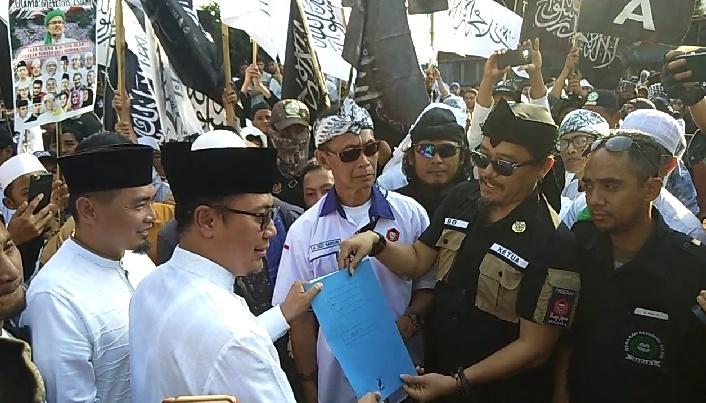 Wali Kota Sukabumi, Achmad Fahmi, menerima petisi dari massa AMIR. Foto: dara.co.id/Riri