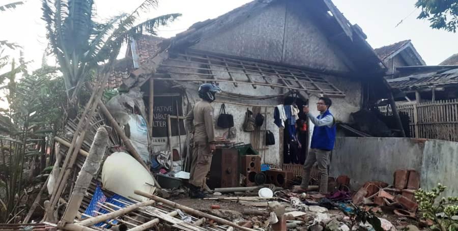 Rumah salah seorang warga di Kecamatan Wanaraja rusak berat usai dilanda angin puting beliung, Sabtu (5/10/2019). Foto: dara.co.id/Beni