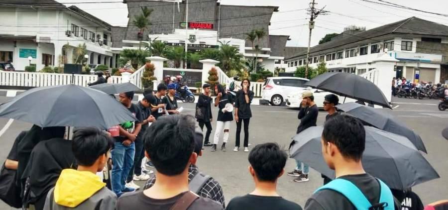 Alianai Kamisan menggelar aksi dengan mengangkat isu pelanggaran HAM, di Depan Balai Kota Sukabumi, Kamis (14/11/2019)sore. Foto: dara.co.id/Riri