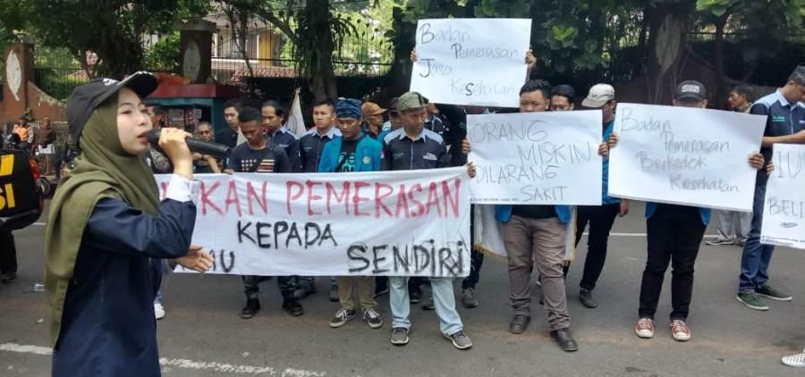 Massa menggeruduk kantor BPJS Sukabumi,  menolak kenaikan iuran dan mendesak perbaikan sistem. Foto:dara.co.id/Riri