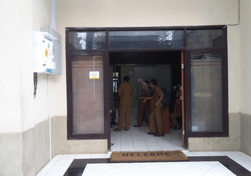 Kantor BKAD Kabupaten Bandung yang selalu dipasang keset Welcome (Foto: Fattah/dara.co.id)