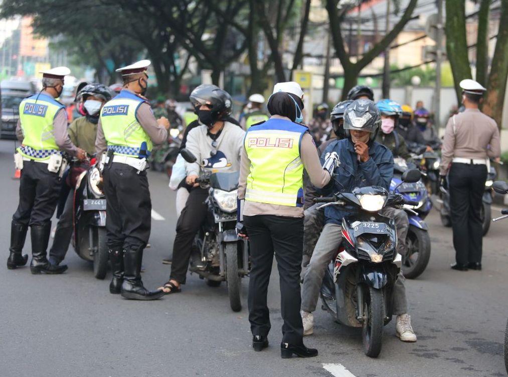 Pemeriksaan dari pihak kepolisian di lokasi check point Jalan Djunjunan, Kota Bandung, Jawa Barat, pada hari pertama PSBB, Rabu (22/4/2020). (Foto: Asep Awaludin/dara.co.id)