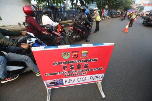Petugas dari Polrestabes Bandung, melakukan penyekatan ruas jalan. (Foto : asep awaludin/dara.co.id)