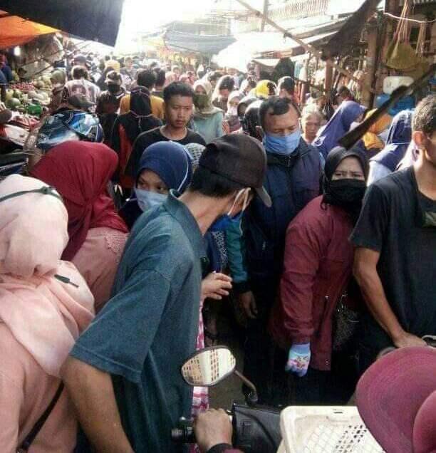 Sehari jelang puasa suasana Pasar Banjaran, Kabupaten Bandung, Jawa Barat diserbu pembeli, Kamis (23/4/2020). (Foto : istimewa)
