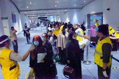 Para warga Jabar yang baru pulang dari Arab Saudi diperiksa suhu tubuh setibanya di Bandara Soekarno Hatta, Sabtu (2/5/2020). (Foto: Humas Pemprov Jabar)
