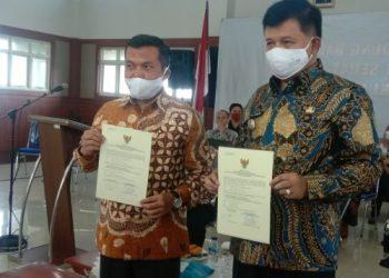 Bupati Bandung Barat, Aa Umbara Sutisna (kanan) dan Ketua DPRD Kabupaten Bandung Barat, Rismanto memperlihatkan sertifikat raihan predikat WTP. (Foto: Heni Suhaeni/dara.co.id)