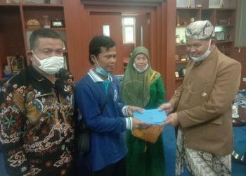 BUpati Bandung Barat, Aa Umbara SUtisna (kanan) menyerahkan bantuan kepada Sunara. (Foto: Heni Suhaeni/Dara.co.id)