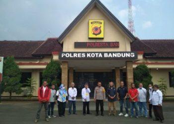 Kapolresta Bandung Kombes Pol Hendra Kurniawan berfoto bersama dengan Ketua PWI Kabupaten  Bandung, H Rahmat Sudarmaji beserta jajaran pengurus PWI, Selasa (21/7/2020). (Foto: Istimewa)