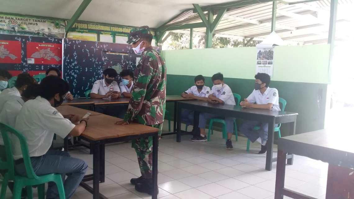 Para pelajar sedang belajar secara daring dengan fasilitas wifi gratis dari Koramil Cilimus (Foto: Yohanes/dara.co.id)