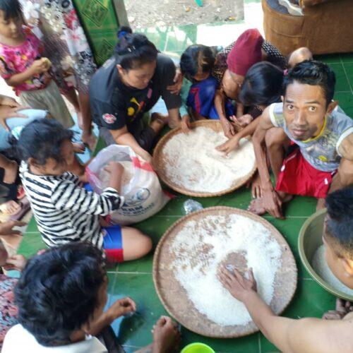 Keluarga penerima manfaat  (KPM) bantuan pangan non tunai (BPNT) di Desa Sukaratu, Kecamatan Bojongpicung, Kabupaten Cianjur, Jawa Barat menerima bantuan sosial tidak layak, berupa beras plastik. (Foto : Purwanda/dara.co.id)
