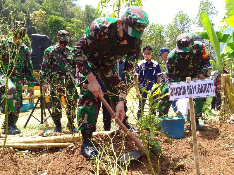 Dandim 0611/Garut, Letkol Czi Dr. Deni Iskandar, saat melakukan penanaman pohon di Desa Lingkung Pasir, Kecamatan Cibiuk, Kabupaten Garut, Rabu (23/9/2020) (Foto: Andre/dara.co.id)