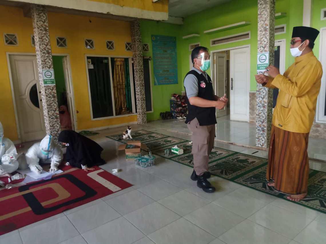 Tim Medis dari Puskesmas dan Dinas Kesehatan Kabupaten Cianjur saat melakukan pemeriksaan tes usap (Swab) terhadap belasan santri di salah satu pesantren di Kecamatan Cilaku, Cianjur (Foto: Purwanda/dara.co.id).