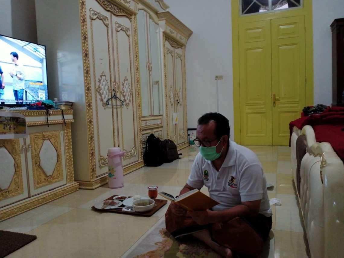 Bupati Cirebon H.Imron aktifitas didalam pendopo saat menjalani isolasi mandiri (Foto: Bambang Setiawan/dara.co.id)