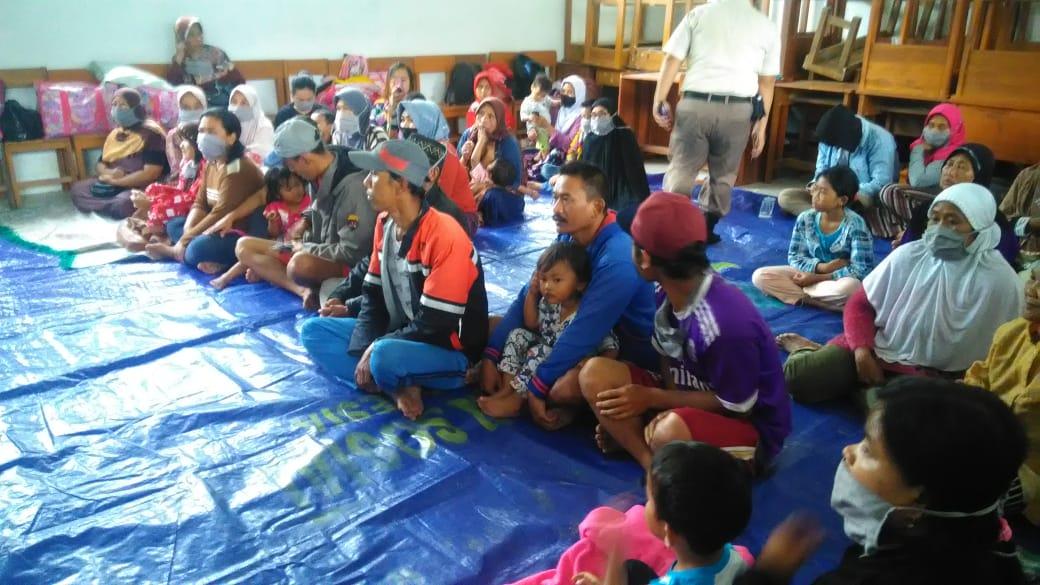 Korban terdampak tanah longsor di Kecamatan Talegong, Kabupaten Garut masih tinggal di tempat pengungsian di SMP 1 Talegong karena khawatir terjadi longsor susulan, Jumat (4/12/2020). (Foto: Andre/dara.co.id)