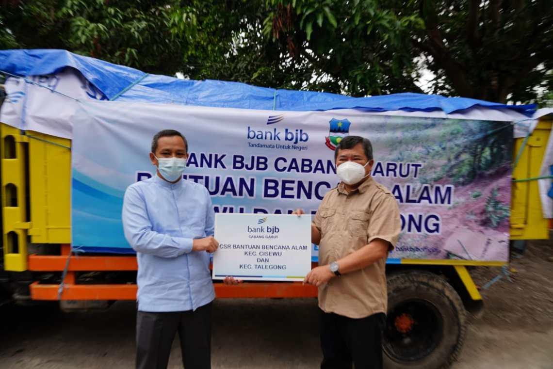 BJB Cabang Garut menyerahkan bantuan secara simbolis untuk para pengungsi korban longsor kepada Bupati Garut, Rudy Gunawan, di Pendopo Garut, Jalan Kabupaten, Kecamatan Garut Kota, Kabupaten Garut, (Foto: Istimewa)