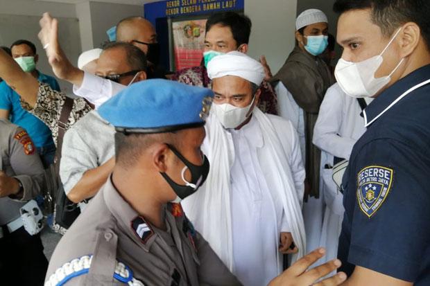 Imam Besar FPI Habib Rizieq Shihab tiba di Polda Metro Jaya menggunakan masker (Foto: Yulianto/SINDOphoto)