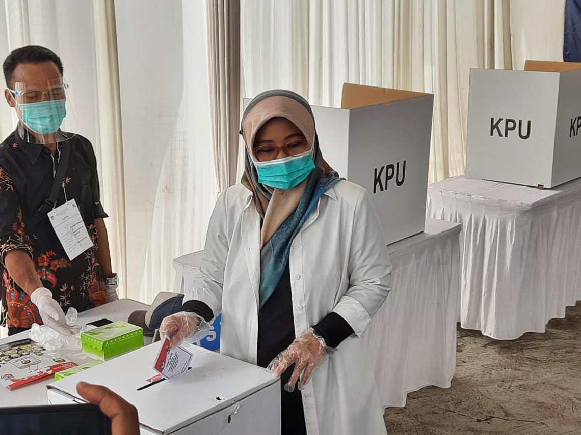 Calon Bupati Bandung, Kurnia Agustina mencoblos di TPS 12 Gunungleutik (Foto: Istimewa)