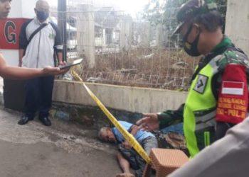 Seorang kakek ditemukan meninggal dunia di pinggri jalan (Foto: Riri Satiri/dara.co.id)
