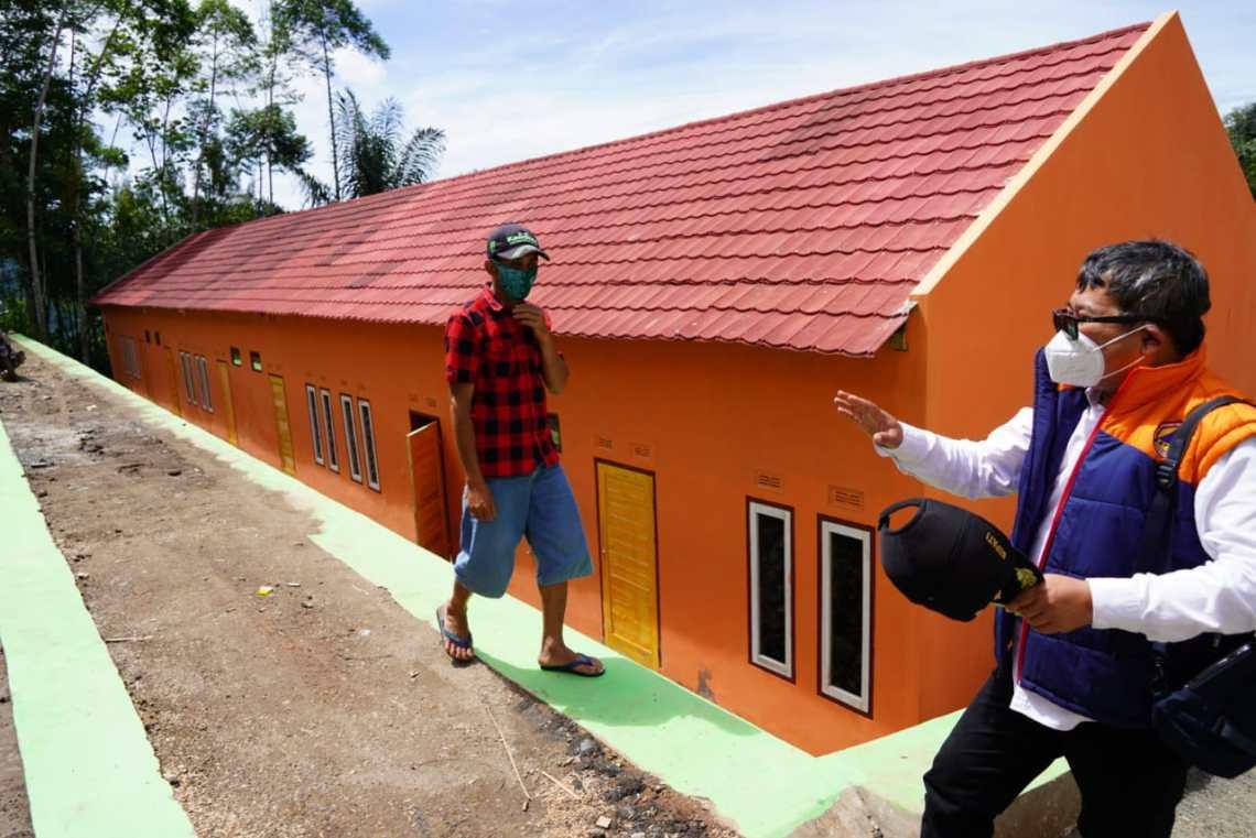 -Bupati Garut, Rudy Gunawan, serahkan rumah bantuan kepada korban bencana yang terjadi di awal tahun 2020 kemarin, di Desa Sukamaju, Kecamatan Talegong, Kabupaten Garut (Foto: Andre/dara.co.id)