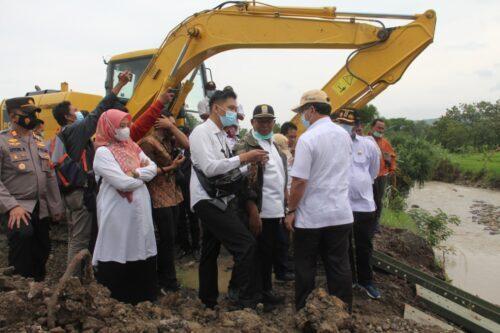 Bupati Cirebon Imron Rosyadi bersama Kepala Dinas PUPR Iwan Rizky, saat kunjungan ke lokasi jembatan ambruk di Desa Karangwuni Kecamatan Sedong (Foto: bambang Setiawan/dara.co.id)