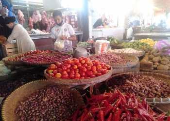 Harganya cabai merah di sejumlah pasar tradisional di Sukabumi menembus Rp100 ribu per kg. (Foto : riri|dara.co.id)