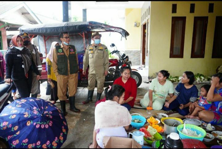 Wakil Bupati Subang, Agus Masykur saat kunjungi korban banjir (Foto: Yudi/dara.co.id)