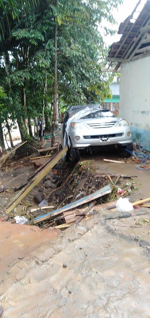 Banjir bandang dan tanah longsor menerjang wilayah Kecamatan Banjarwangi dan Singajaya menyebabkan puluhan rumah terendam dan sejumlah fasilitas umum rusak (Foto: Andre/dara.co.id)