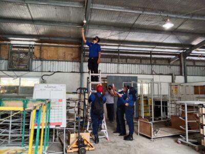 Petugas Disdamkar (Dinas Pemadam Kebakaran) Kabupaten Garut melakukan inspeksi alat proteksi kebakaran pada tanggal 15-17 Februari 2021 (Foto: Andre/dara.co.id)