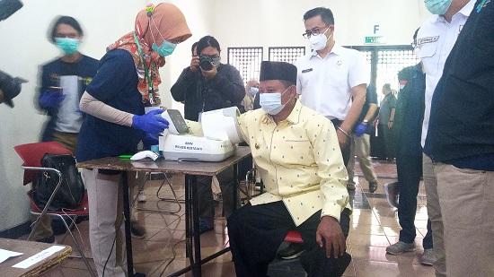 Wakil Gubernur Jawa Barat Uu Ruzhanul Ulum, pantau vaksinasi tenaga kesehatan di Gedung Sabuga (Foto: Istimewa)