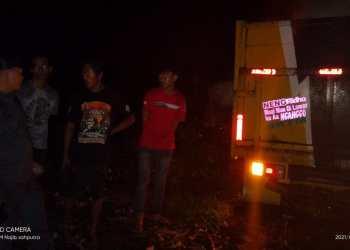 Petugas patroli DLH Cianjur saat berhasil mengamankan pelaku pembuangan limbah IPAL dan B3 milik perusahaan tekstil di Majalaya ke kawasan Jalan Lingkar Timur Cianjur (Foto: Istimewa)