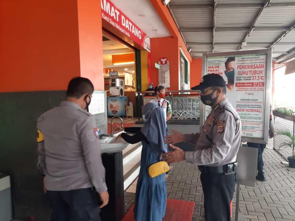 Polsek Patrol gelar operasi yustisi di salah satu pusat perbelanjaan di Indramayu (Foto: Yohanes/dara.co.id)