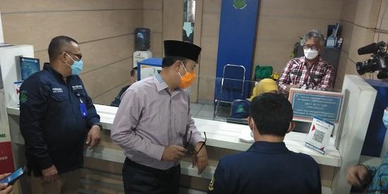 Wali Kota Sukabumi, Ahmad Fahmi saat launching Sambal Goang, di kantor PDAM Kota Sukabumi (Foto: Riri Satiri/dara.co.id)