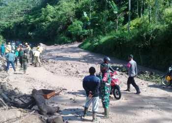 Petugas dibantu relawan melakukan pembersihan di Jalan Rancasalak, Kecamatan Kadungora, Kabupatem Garut yang tertutup material longsor (Foto: Andre/dara.co.id)