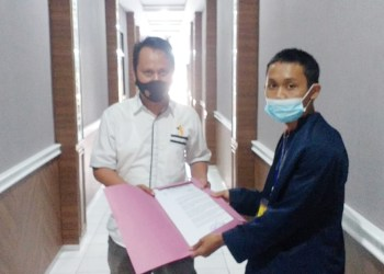 Korp Gunung Nangka Bersatu menyerahkan berkas laporan ke Polres Tasikmalaya Kota (Foto: Istimewa)
