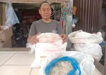 Suparjo pedagang kolang kaling di Pasar Dimensi, Margaasih