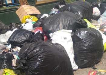 """Tumpukan sampah liar """"akaren"""" lebaran di Jalan Padalarang (Foto: Heni Suhaeni/dara.co.id)"""