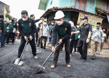 Bupati Bandung, Dadang Supriatna dalam program Gerakan tutup Lubang (Foto: Humas Pemkab Bandung)