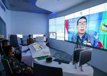 Bupati Garut, Rudy Gunawan, beserta unsur Forkopimda se-Jawa Barat mengikuti arahan dari Gubernur Jawa Barat, Ridwan Kamil melalui video telekonferensi di Gedung Command Center, Komplek Pendopo Garut, (Foto: Istimewa)